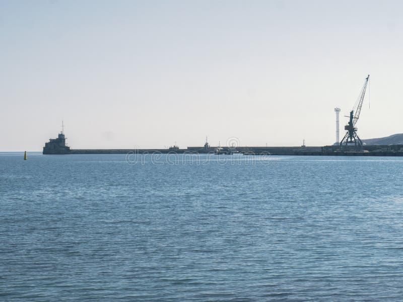 Pijler en havenkranen op de overzeese achtergrond royalty-vrije stock foto's