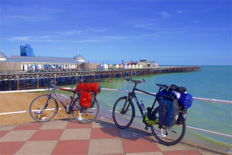 Pijler en Strand in Hastings, het UK stock foto's