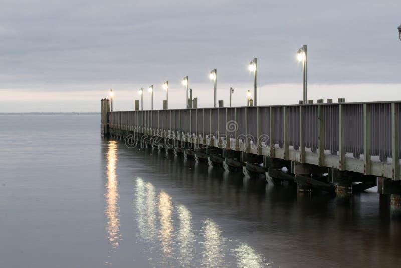 Pijler in het water stock foto