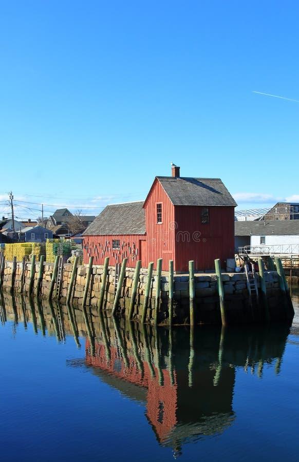 Pijler met rode die visserijkeet als Motiefaantal in Rockport wordt bekend stock fotografie