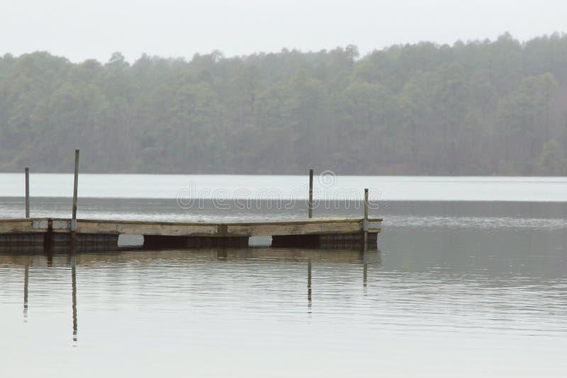 Pijler in mist stock afbeelding