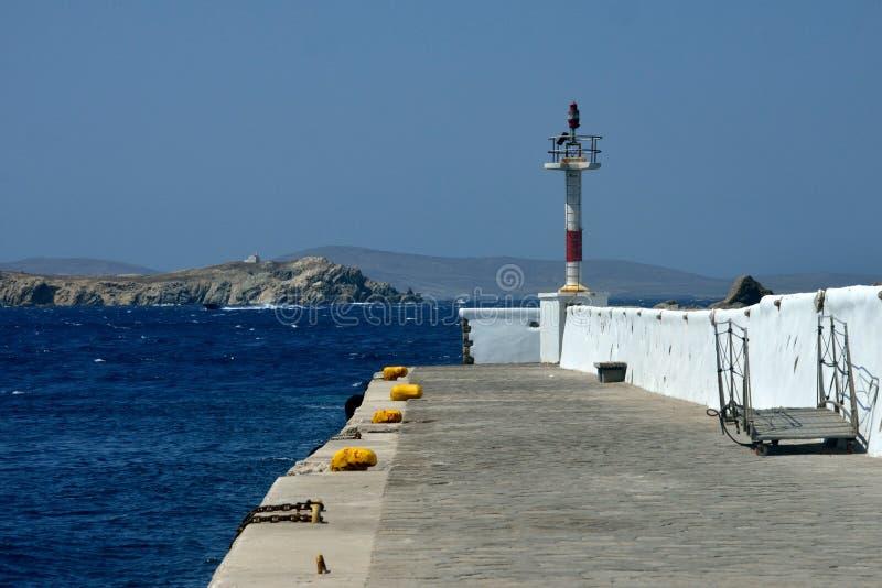 Pijler in Mykonos met licht materiaal en meertrossen stock foto's