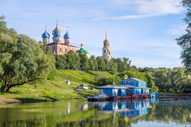 Pijler op de rivier Trubezh, Ryazan, Rusland royalty-vrije stock foto