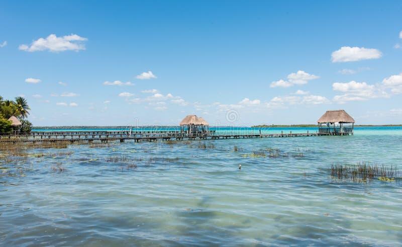 Pijler op het meer in Bacalar, Mexico stock fotografie