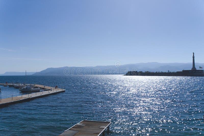 Pijler voor boot en Zeilboten in Messina stock foto