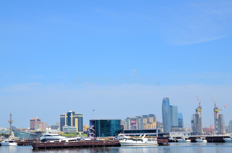Pijlerboten en jachten op de kust van het Kaspische Overzees in Baku stock foto