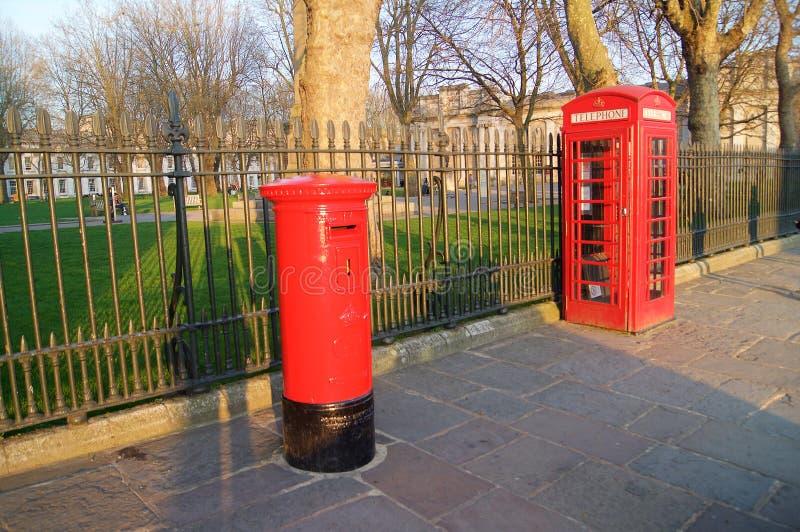 Pijlerpostbus en Rode telefooncel stock fotografie