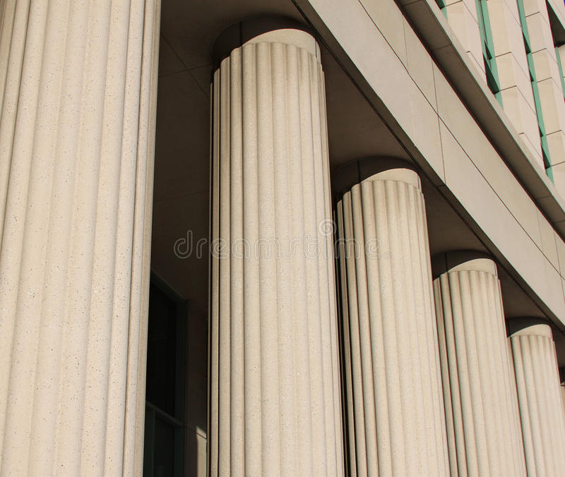 Pijlers bij het gerechtsgebouw stock foto's