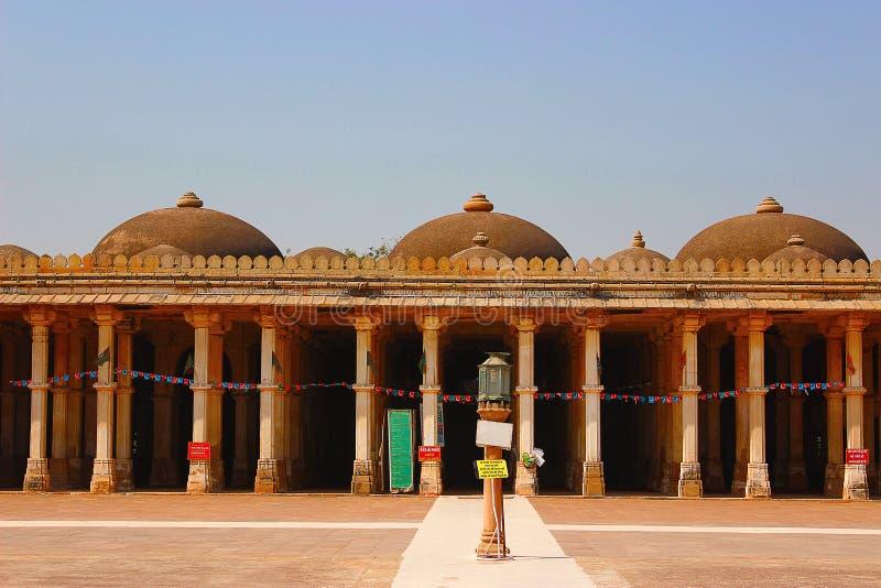 Pijlers en koepels in Sarkhej Roza Mosque, Makarba, Ahmedabad in Gujarat stock foto