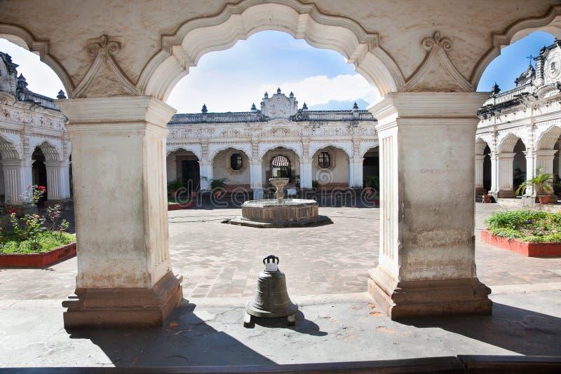 Pijlers van koloniale gebouwen in Antiguastad, Guatemala royalty-vrije stock afbeelding