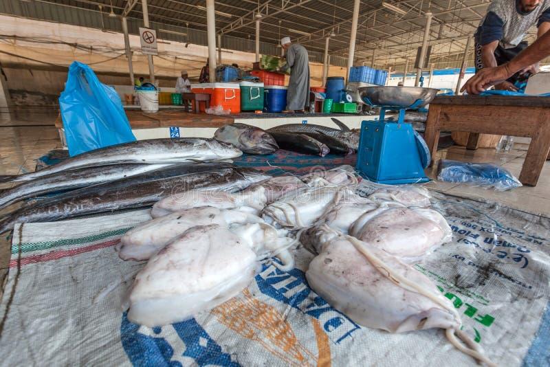 Pijlinktvis bij de vissenmarkt in Muttrah, Oman royalty-vrije stock afbeeldingen