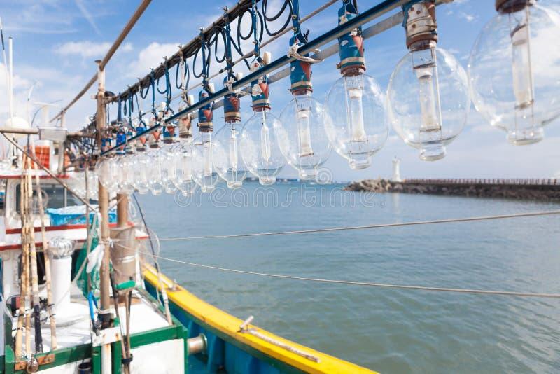 Pijlinktvis vissersboot die haven in de ochtend ingaan stock afbeelding