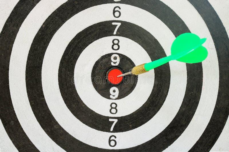 Pijltje die op centrum met brand op dartboard voor bedrijfsconcept raken royalty-vrije stock afbeeldingen