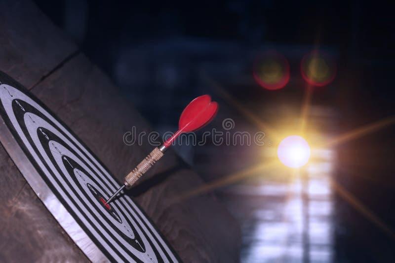 Pijltje die op centrum met brand op dartboard voor bedrijfsconcept raken royalty-vrije stock fotografie