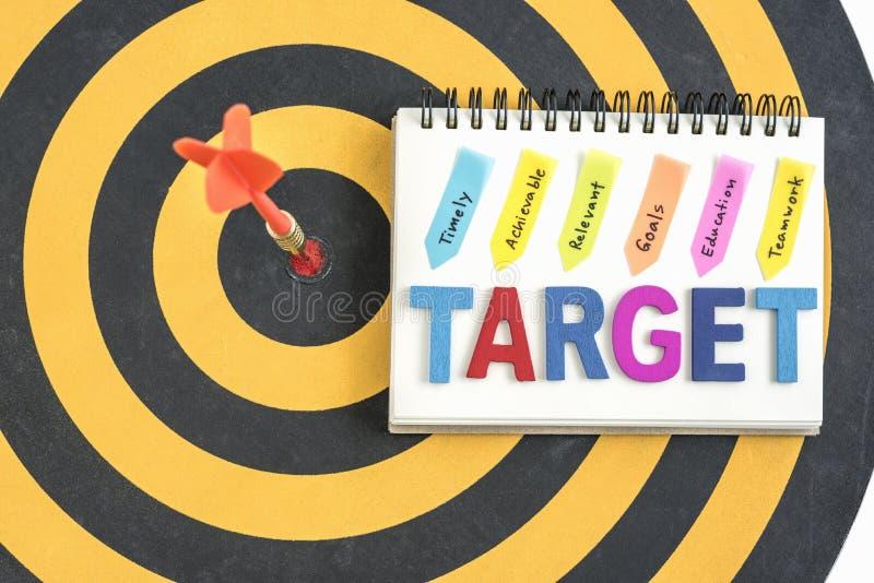 Pijltjedoel in bullseye met woordendoel op het notitieboekje met h royalty-vrije stock foto's