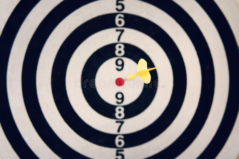 Pijltjepijl die het doel van dartboard op witte achtergrond raken Het raken van bullseye Ontruim doel Hetgestreefde pijltje werpe royalty-vrije stock fotografie