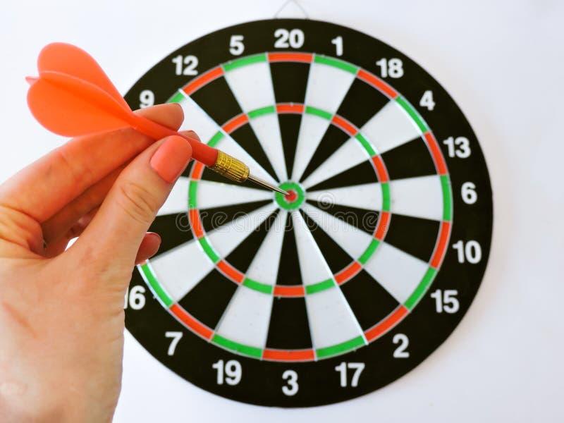 Pijltjepijl die in het doelcentrum raken van dartboard Succes die van de het doelvoltooiing van het doeldoel het conceptenachterg royalty-vrije stock afbeelding