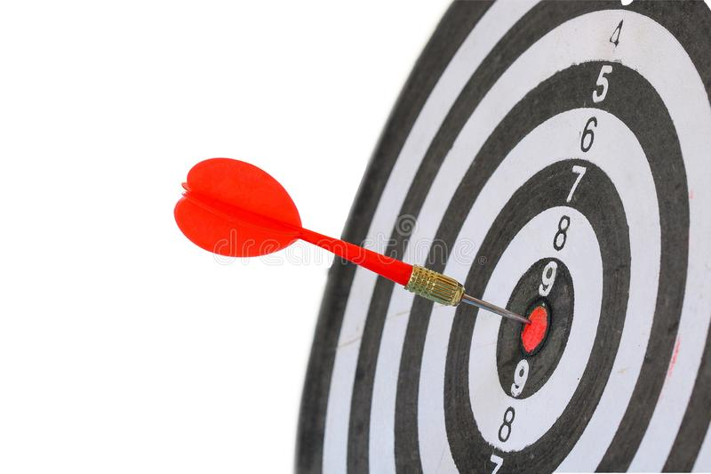 Pijltjepijl die in het doelcentrum raken van zwart-wit dartboard royalty-vrije stock afbeelding