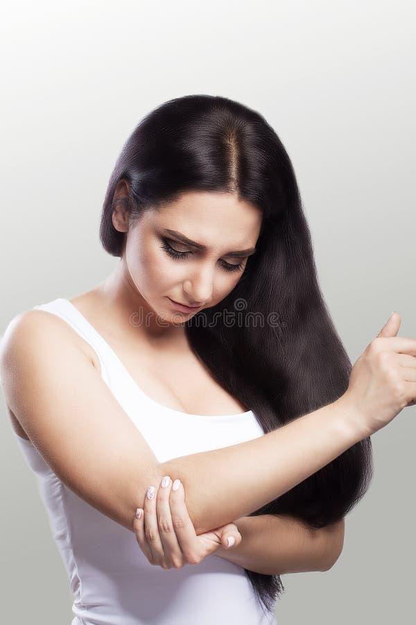Pijn in de elleboog Een vrouw die aan chronische strenge reumatiek lijden Bouw van pijn in de elleboog en de behandeling Pijnlijk stock fotografie