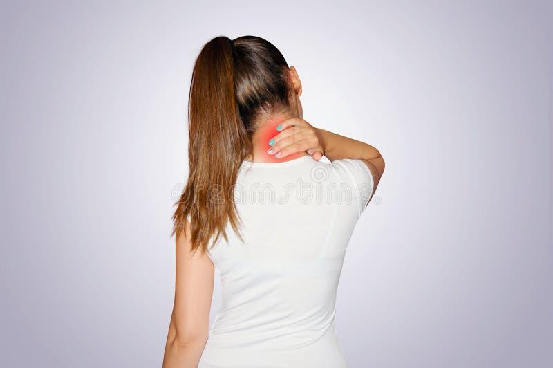 Pijn in de Hals De jonge vrouw lijdt met pijn in de hals De plaats van pijn door een rode vlek wordt vermeld die Concept gezondhe stock foto's