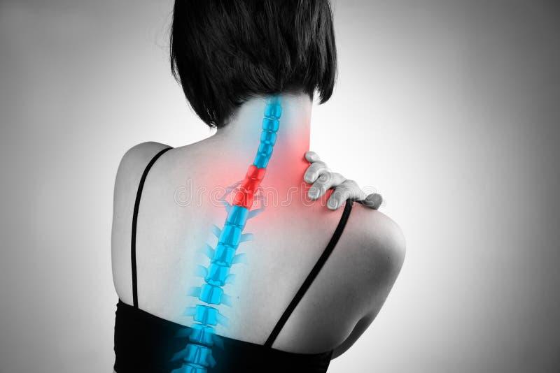 Pijn in de stekel, vrouw met rugpijn, verwonding in de menselijke rug en hals stock foto's