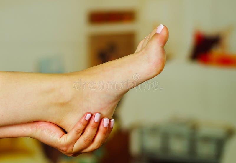 Pijn in de voet, automassage van vrouwelijke voeten royalty-vrije stock fotografie