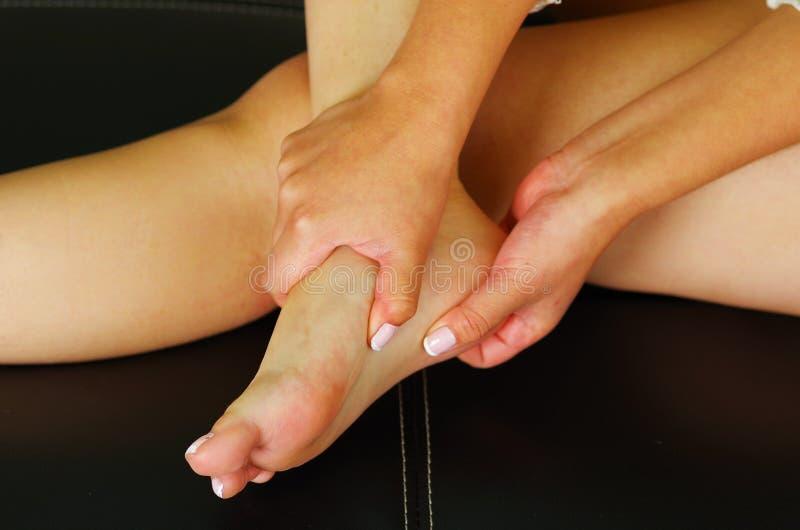 Pijn in de voet, automassage van vrouwelijke voeten stock foto's
