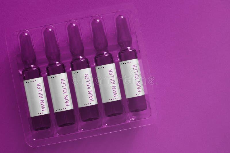 Pijn dodend concept Vijf ampules met bekledingsbrieven van inschrijvingspijnstiller De banner van de Pharmabiotechnologie stock foto's