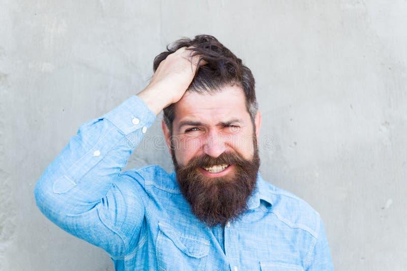 Pijn en migraine Pijnlijke grimas van mensen het gebaarde hipster Pijnlijke gezichtsuitdrukking Pijnlijk ervaringsconcept Frustra stock fotografie