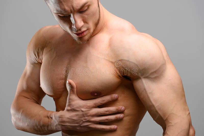 Pijn in het hart van een bodybuildermens stock fotografie
