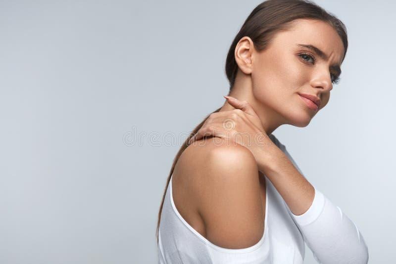 Pijn in Lichaam Mooie Vrouw die Pijn in Hals en Schouders voelen royalty-vrije stock foto