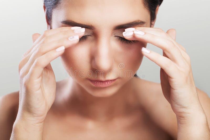 Pijn op het gebied van het oog Nieuw, teleurgesteld meisje Mirakelen van migraine of hoofdpijn na ernstige spanning Het concept g stock foto's