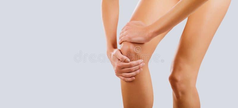 Pijn, verwonding aan de knie stock foto