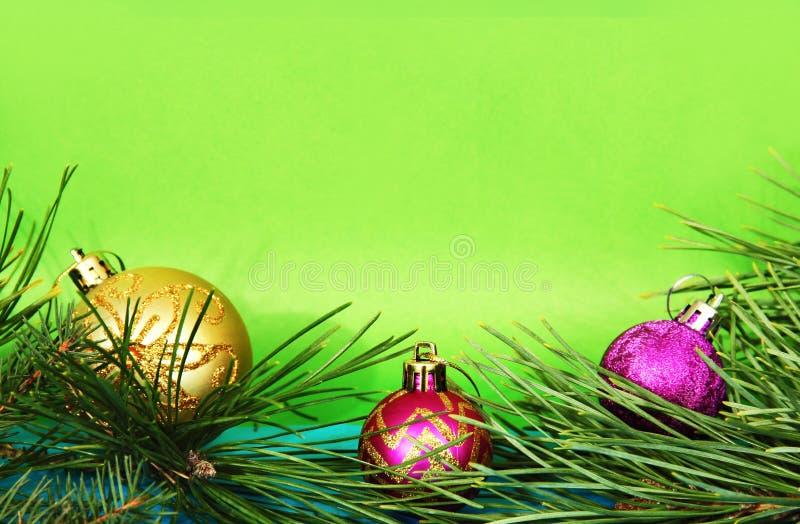 Pijnboomtakken en Kerstmisspeelgoed royalty-vrije stock afbeelding