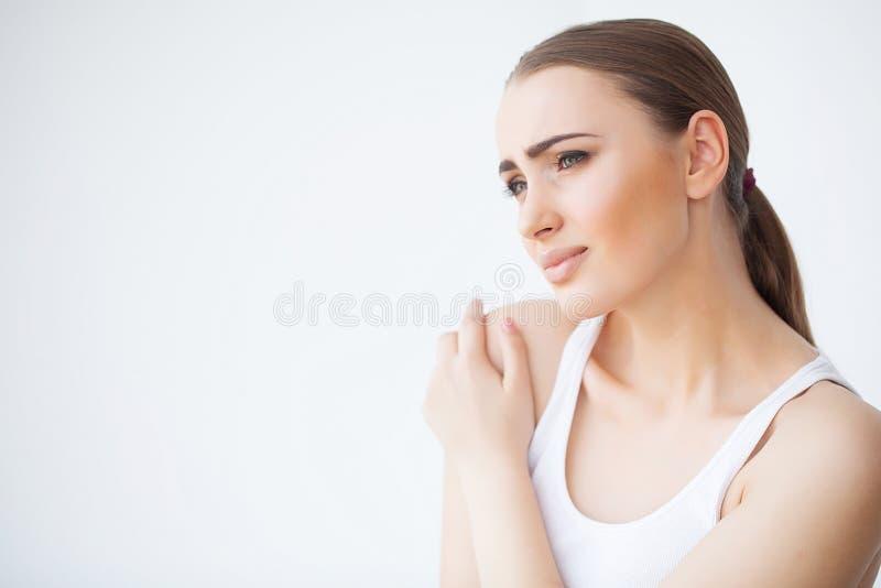 Pijnhand Droevige vrouw met thuis in hand pijn royalty-vrije stock afbeelding