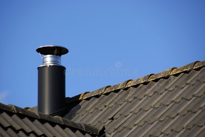 Pijp en dak stock afbeelding