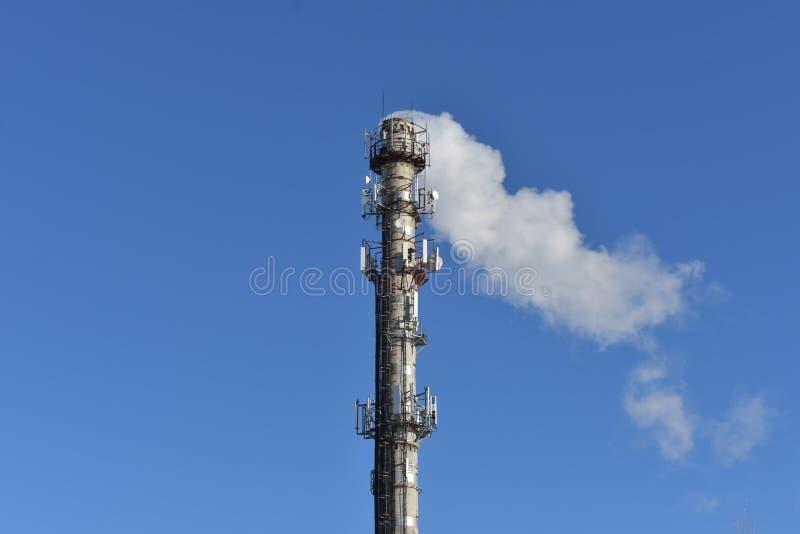 Pijpchp veroorzaakt rookinstallatie, antenne en kabel stock foto