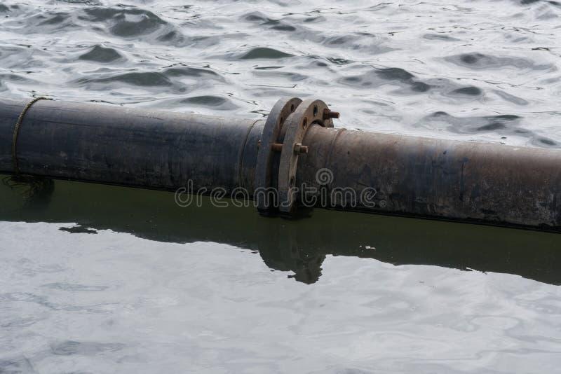Pijpen op het water stock foto