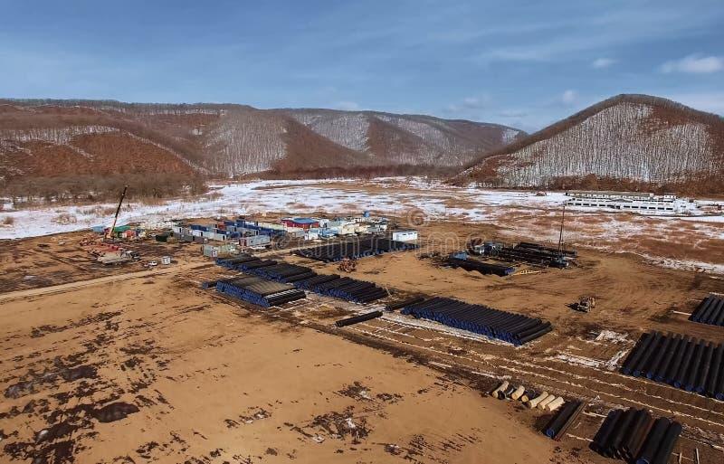 Pijpen van een aardgasleiding, een bouw en het leggen van pijpleidingen voor vervoer van gas en olie stock afbeeldingen