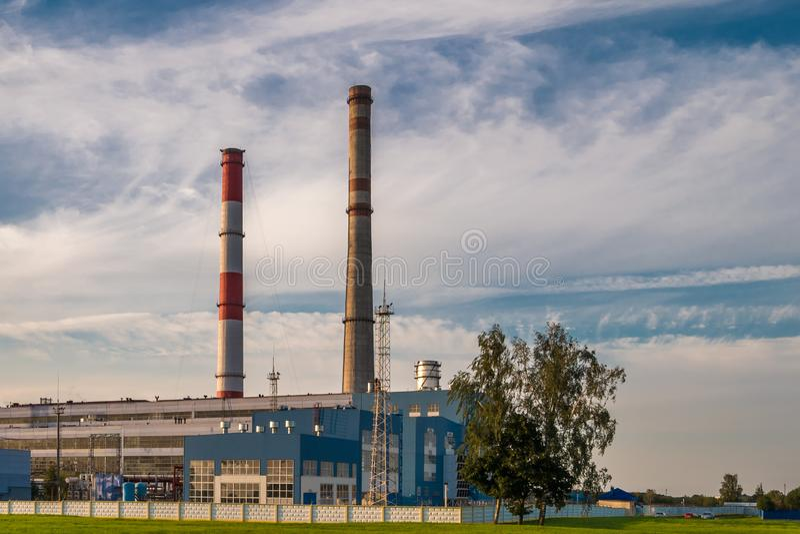 Pijpen van een chemische ondernemingsinstallatie Luchtvervuilingsconcept Het industriële afval van de landschapsmilieuvervuiling  stock fotografie