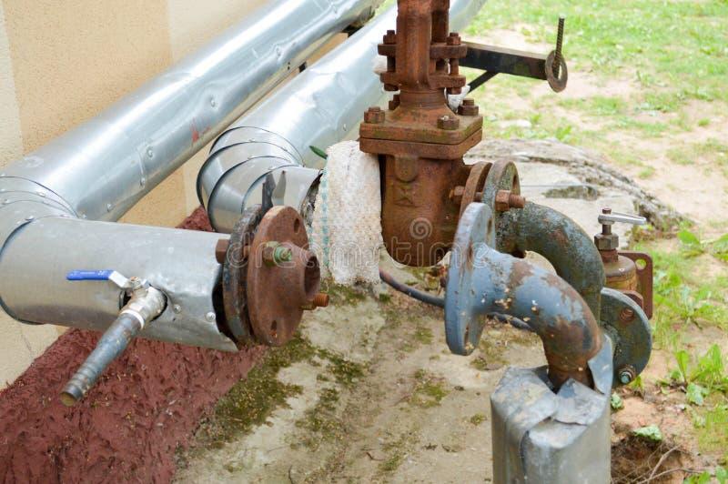 Pijpen van het ijzer de oude roestige corrosievrije industriële metaal met de overgangen van flenzenkleppen en takken voor olie e royalty-vrije stock afbeeldingen