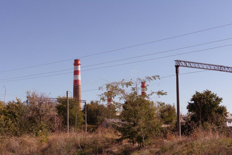 Pijpen van thermische elektrische centrales bij een cementinstallatie, industrieel landschap royalty-vrije stock afbeeldingen