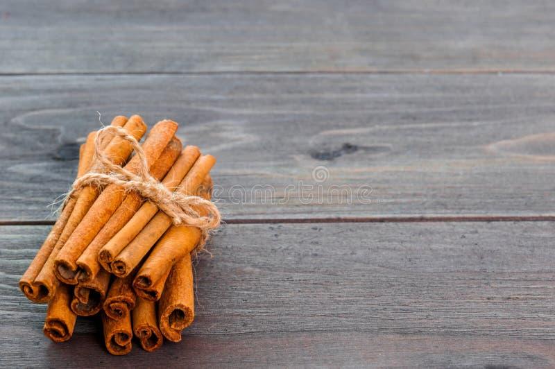 Pijpjes kaneel en poeder op houten lijst royalty-vrije stock afbeelding