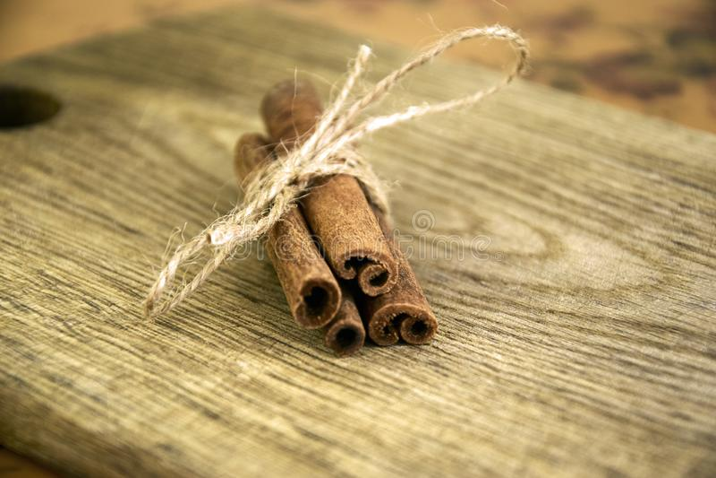 Pijpjes kaneel op oude houten raad royalty-vrije stock foto's