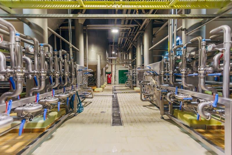 Pijpleiding en klepsysteem in brouwerij voor distributie en vervoer van ingrediënten royalty-vrije stock fotografie
