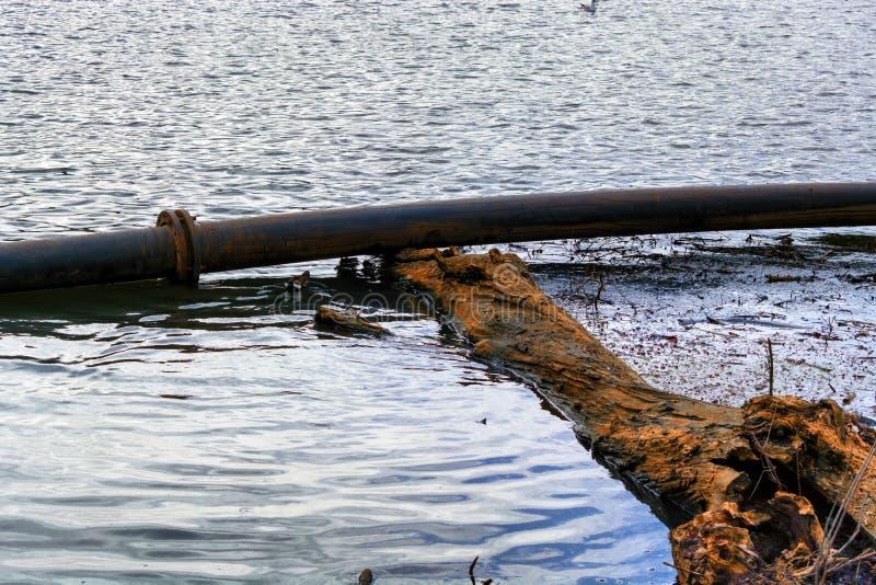 Pijpleiding, plastic pijpenvlotter op de waterspiegel stock fotografie
