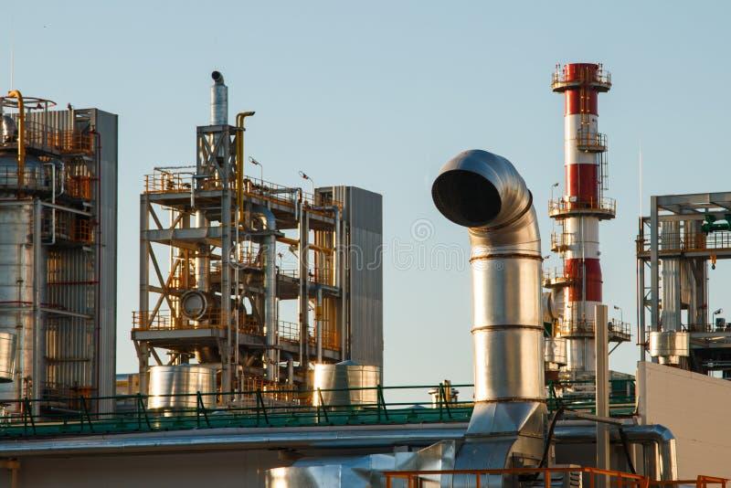 Pijpleidingen van Raffinaderijfabriek en isolatie bij industriezone royalty-vrije stock fotografie