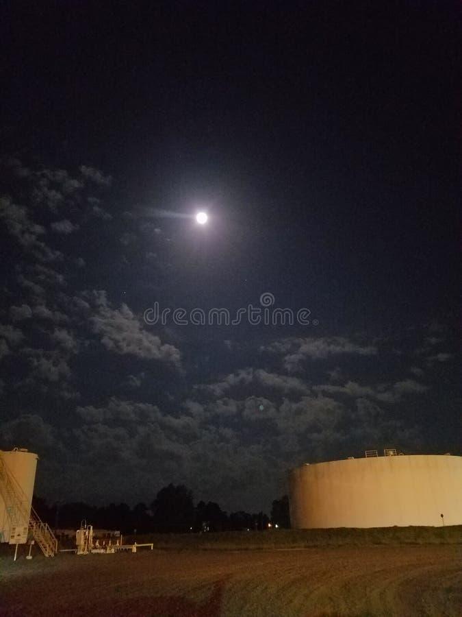 Pijpleidingspost op bewolkte nacht royalty-vrije stock afbeeldingen