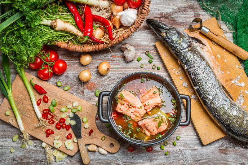 Pik och nya grönsaker för fisksoppa royaltyfri foto