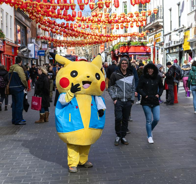Pikachu Pokemon na cidade de China, Londres fotos de stock royalty free